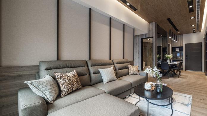 深色沙發套組搭配大理石墻面、深色木質地板,打造知性人文氣息。